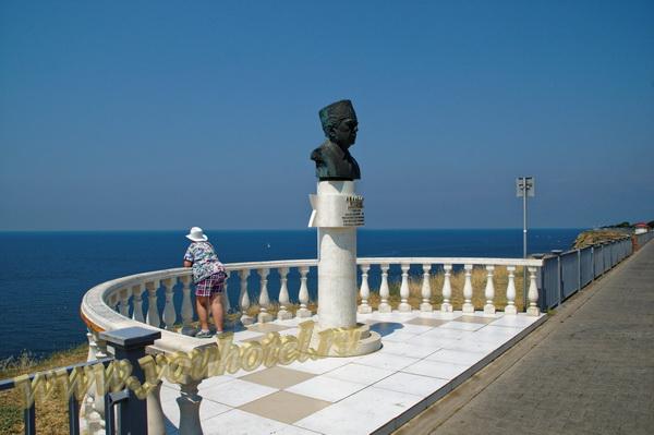 Анапа памятник В.Н. Аванесову, смотровая площадка