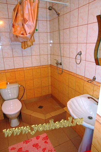 """Витязево гостевой дом """"Золотое руно"""" унитаз, душ, раковина в номере"""